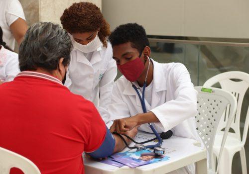 Curso de Enfermagem da Florence realiza ação sobre cuidados com pressão arterial no Golden Shopping Calhau